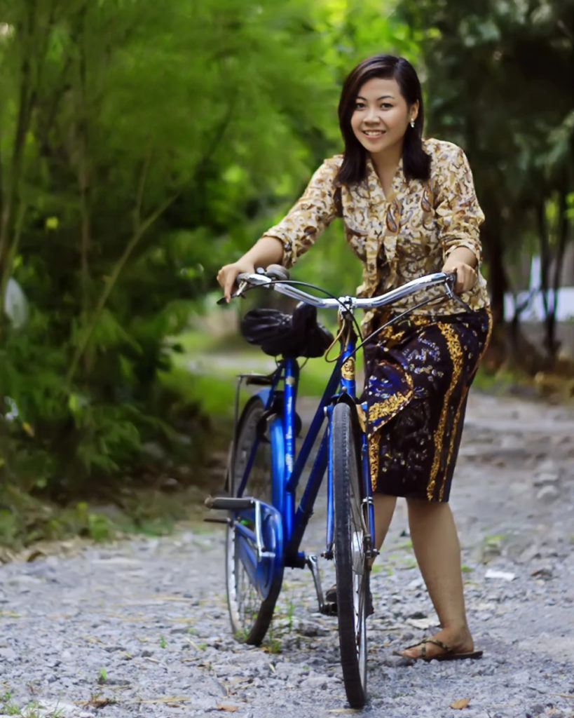 Gadis desa cantik dan manis sarung batik coklat