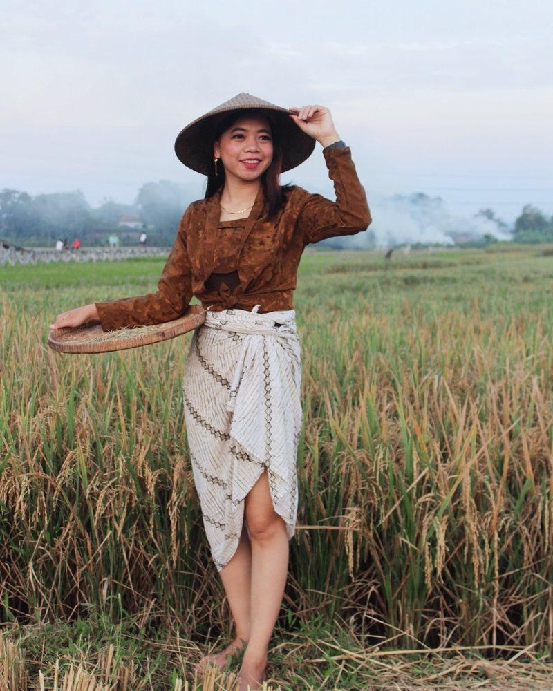 Foto model mahasiswi gadis desa pakai sarung dab baju batik pendek cantk dan imut