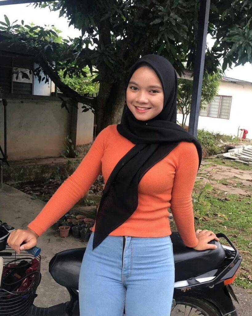 Siswi manis Pakai Baju Kaos dan Celana ketat Jilbab seksi menggoda