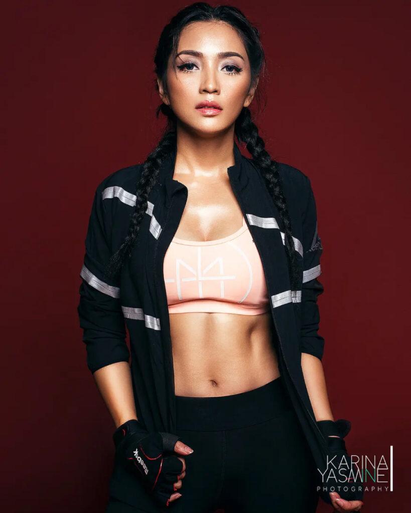 Sport Bra dan Photoshoot seksi Hesti Purwadinata dengan Reebok Work Out Sporty Outfit