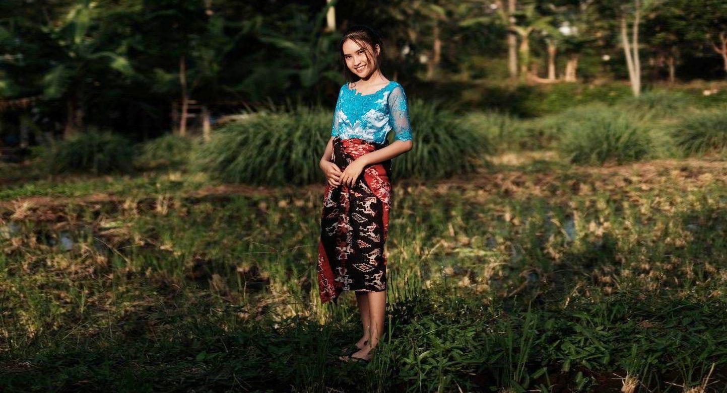 Siswi SMA manis pakai Kebaya dan sarung batik imut di tengah sawah